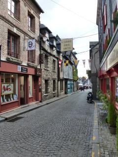 La rue de L'ADRESSE, à 20 mètres plus bas le coeur d'Honfleur