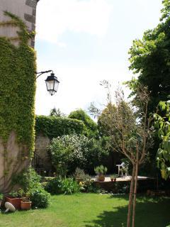 Se ressourcer dans le jardin, respirer les arômes du tilleuil, des herbes aromatiques...