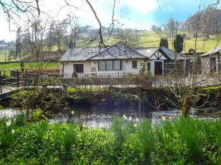 RIVERSIDE, all ground floor, private jetty and bridge over Torver Beck, WiFi, en-suite facilities, near Coniston Water, Ref 922436, Satterthwaite