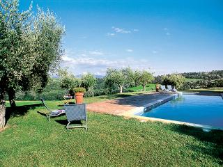 Just over an hour from Rome by car or train, immersed in the greenery of the Umbrian countryside, this villa is a delightful stone farmhouse with private pool. HII VLL, Umbrië
