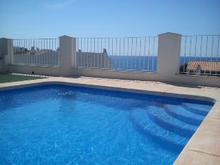 A pocos metros de la playa con piscina y garaje, Altea