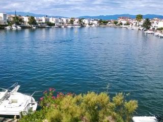 Chic flat with panoramic marina views, Empuriabrava