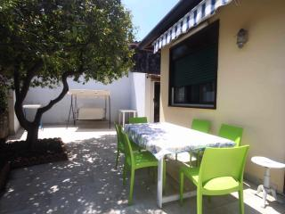 Cottage house with a garden at the sea between Catania and Taormina, Stazzo