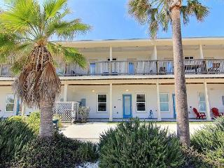Surfin' Seahorse: Walking Distance to Beach, Wifi, Pool, *FREE GOLF CART *ST, Port Aransas