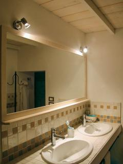 Master bathroom, with double sinks and shower room. Bagno con doppio lavello.