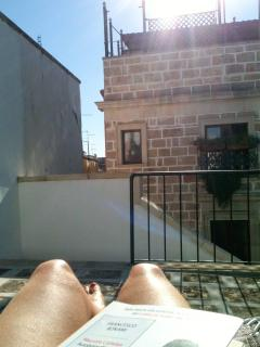 Sunbathing on the roof terrace. Abbronzarsi in terrazzo.