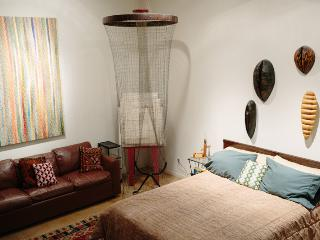 ART FILLED APARTMENT WITH GARDEN AWAITS YOU IN SF!, San Francisco