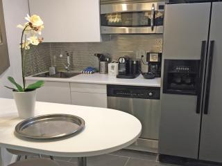Extra Kitchen bar w/ appliances