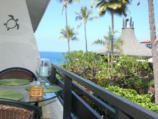 Casa De Emdeko 212 - New Owners, Redecorated, AC & Ocean Views!, Kailua-Kona