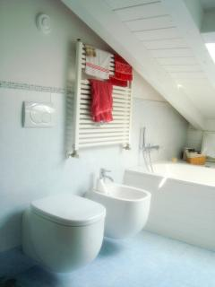 Bathroom with bathtube (other view)