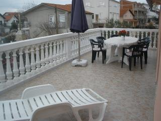 Elka Apartment for 5 with a balcony and AC, Vodice