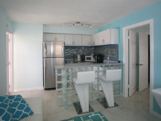 FAIRWEATHER #2, 2BEDROOM,WITH POOL,WALK TO BEACH ,MODERN NEW UNIT!!