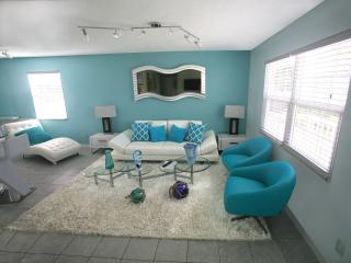 FAIRWEATHER3 ,3 BEDROOM , WITH POOLL,WALK TO BEACH AND TOIME SQUARE!, Fort Myers Beach