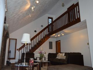 Relaxing cozy getaway,walk to pool ,HotTub,WiFi,Netflix., Bushkill