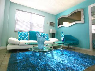 Sky Blue Beach Suite, Walk to Time Square!, Fort Myers Beach