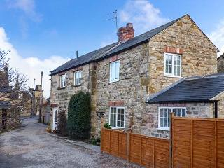 AMBERLEY COTTAGE, woodburning stove, enclosed garden, close to town's amenities in Masham Ref 904781