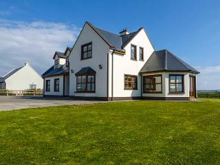 MOUNTSCOTT MANOR, spacious, en-suites, open fire, Jacuzzi bath, pet-friendly, in Miltown Malbay, Ref 921610
