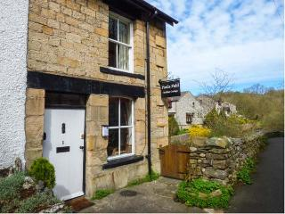 PAULS FOLD HOLIDAY COTTAGE, pet-friendly cottage by river, WiFi, patio, Jacuzzi