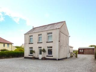 RALEIGH HOUSE, detached, hot tub, off road parking, enclosed garden, in Swansea, Ref 923708