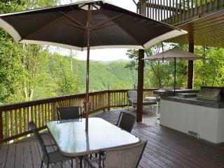 Bear Bottoms Chalet - Private and Romantic Getaway with Outdoor Kitchen