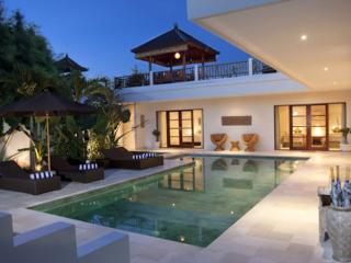 Puri Temple Luxury 3BR, Pool Table-Canggu