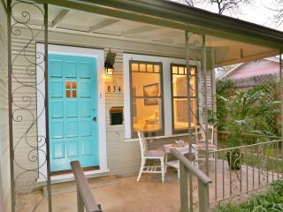 4BR-BY RIVER-Close to DOWNTOWN-NEW-WALK TO SITES!, San Antonio