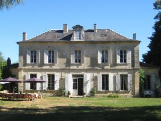 Charming family friendly home with large pool, set in 3 acres of private gardens, Saint-Médard-de-Mussidan