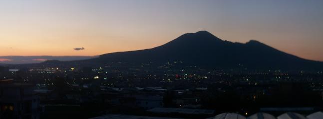 Veduta notturna del Vesuvio
