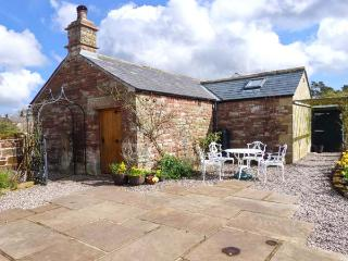 THE COBBLES, stone-built cottage, romantic retreat, en-suite bedroom, walks and cycle routes nearby, near Penrith, Ref 12060