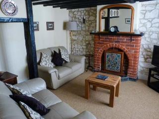 WEIRSIDE COTTAGE, close to coast, superb accommodation, stream in garden in Brighstone, Ref 21801