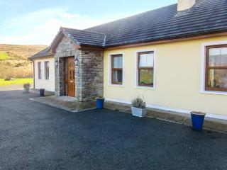 CREEDON HOUSE, fire, spacious garden, all ground floor cottage near Kilgarvan, R