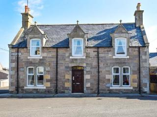 HOLLY HOOSE detached, open fire, WiFi, private patio, close to beach in Findocht