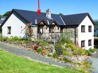 LLETY'R BUGAIL, family friendly, country holiday cottage, with a garden in Dolge