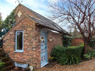THE HOP BARN, pet friendly, character holiday cottage, with open fire in Cleobury Mortimer, Ref 747