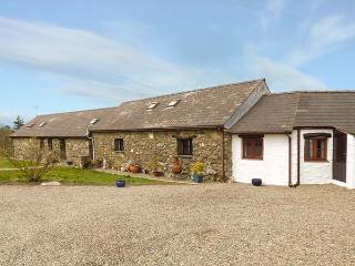 HONEYSUCKLE, stone barn conversion, ground floor, en-suites, walks from the door, near Newport, Ref 904045, Pontfaen