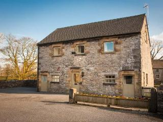 LARKSTONE BARN, part of the Chatsworth Estate, pet-friendly, woodburner in, Wetton