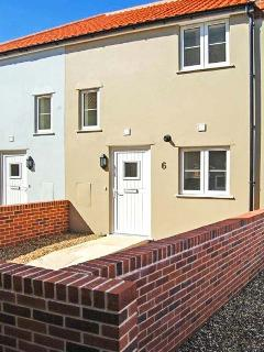 6 SEA MEWS, close to the coast, WiFi, off road parking, terrace cottage in Crome
