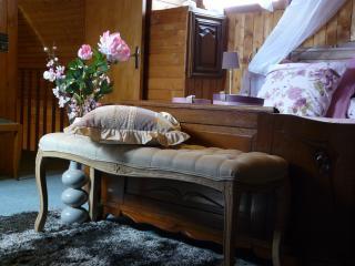Vivez pleinement la douceur de la chambre, sa quiétude à l'étage.