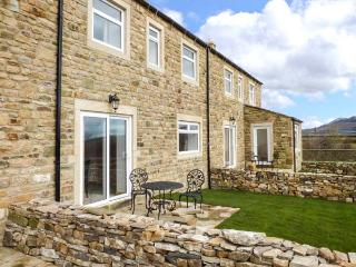 ZOEY COTTAGE, flexible sleeping arrangements, open fire, enclosed garden, walks from the door, near Skipton, Ref. 913342