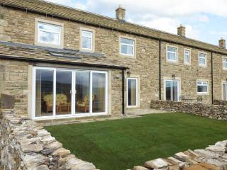 KATY'S COTTAGE, en-suites, open fire, long-distant views, sun room, near Skipton, Ref. 913346