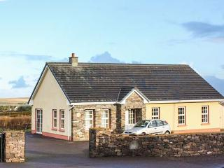 EAGLE'S REST, en-suites, open fire, sea views, pet-friendly cottage near Ballyfe