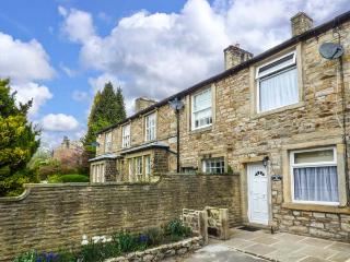 SPRINGFIELD COTTAGE, romantic, stove, patio, in Skipton, Ref 915725