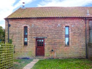 THRESHERS BARN, pet-friendly barn conversion with woodburner, garden, close Broa