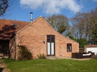 SHIRE HORSE BARN, pet-friendly barn conversion with woodburning stove, garden, WiFi, in Aylsham Ref 917192