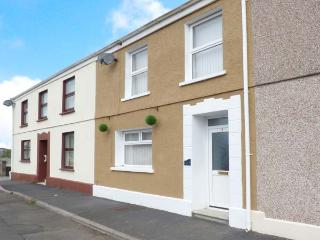 THE BEACH HOUSE, family-friendly cottage with WiFi, close to beach, in Llanelli,
