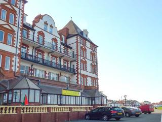CAIRNS VISTA, pet-friendly seafront apartment by beach and amenities, Whitby Ref 918423