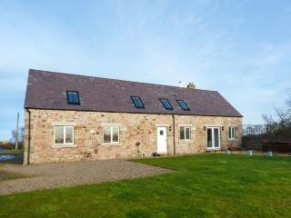 BARMOOR MILL BARN, large detached house, woodburner, WiFi, near Lowick, Ref 918319