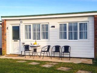 THE HEADLANDS, single-storey terraced chalet on holiday park, pet-friendly, on-site outdoor swimming pool, in Scratby near Great Yarmouth, Ref 919396, Ormesby St. Margaret