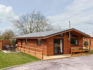 THE ROE, detached lodge with private hot tub, WiFi, woodburner, fishing nearby, near St Asaph, Ref 919602, St. Asaph