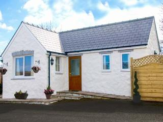 PEN-Y-BRYN, detached, single-storey, underfloor heatingd, hot tub, on-site swimming pool, romantic retreat, near Cardigan, Ref 920389
